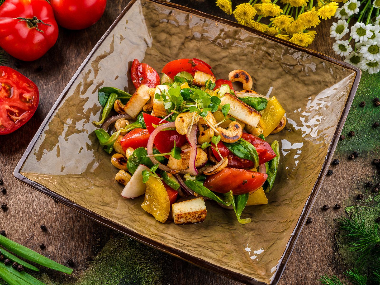 Салат с жареным сыром и орехами кешью