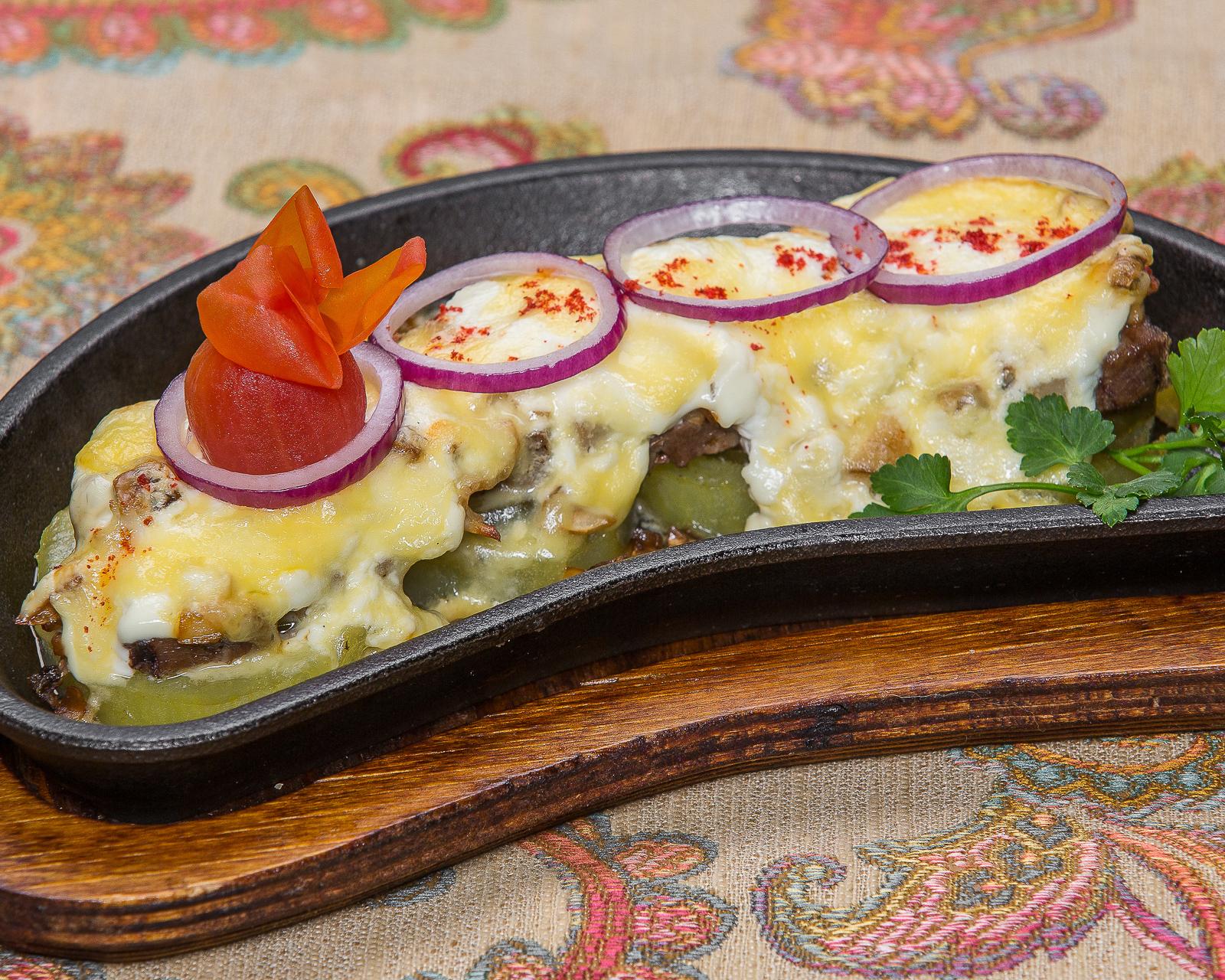 Язык телячий под грибным соусом и картофелем