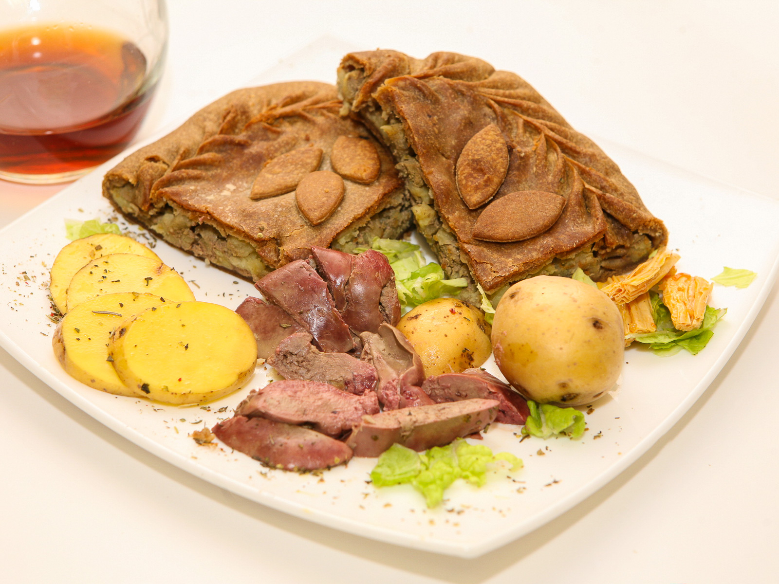 Ржаной пирог с куриной печенью и картофелем