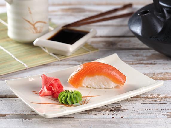 Суши с форелью/ васаби/ имбирь/ соевый соус