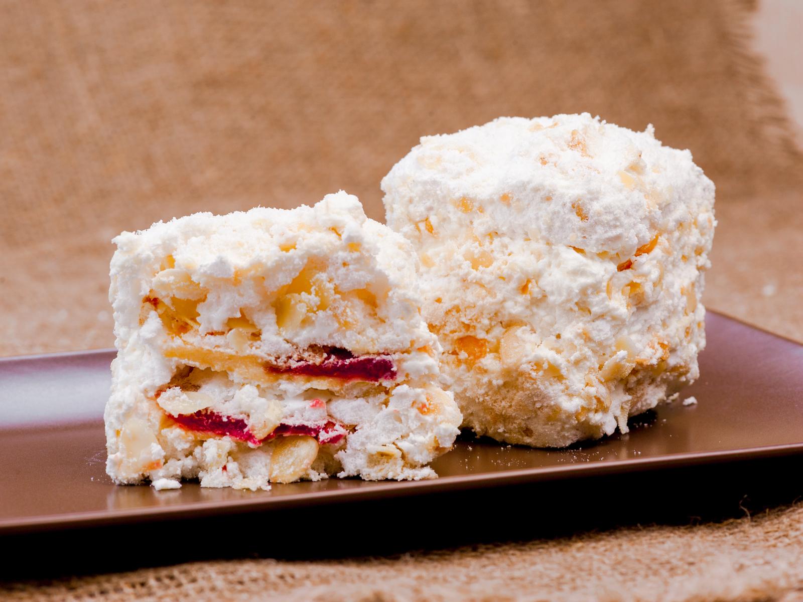 Десерт Безе с малиной