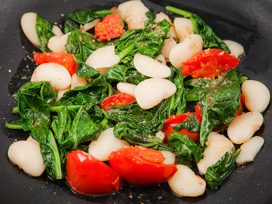 Припущенный шпинат с белой фасолью и томатами