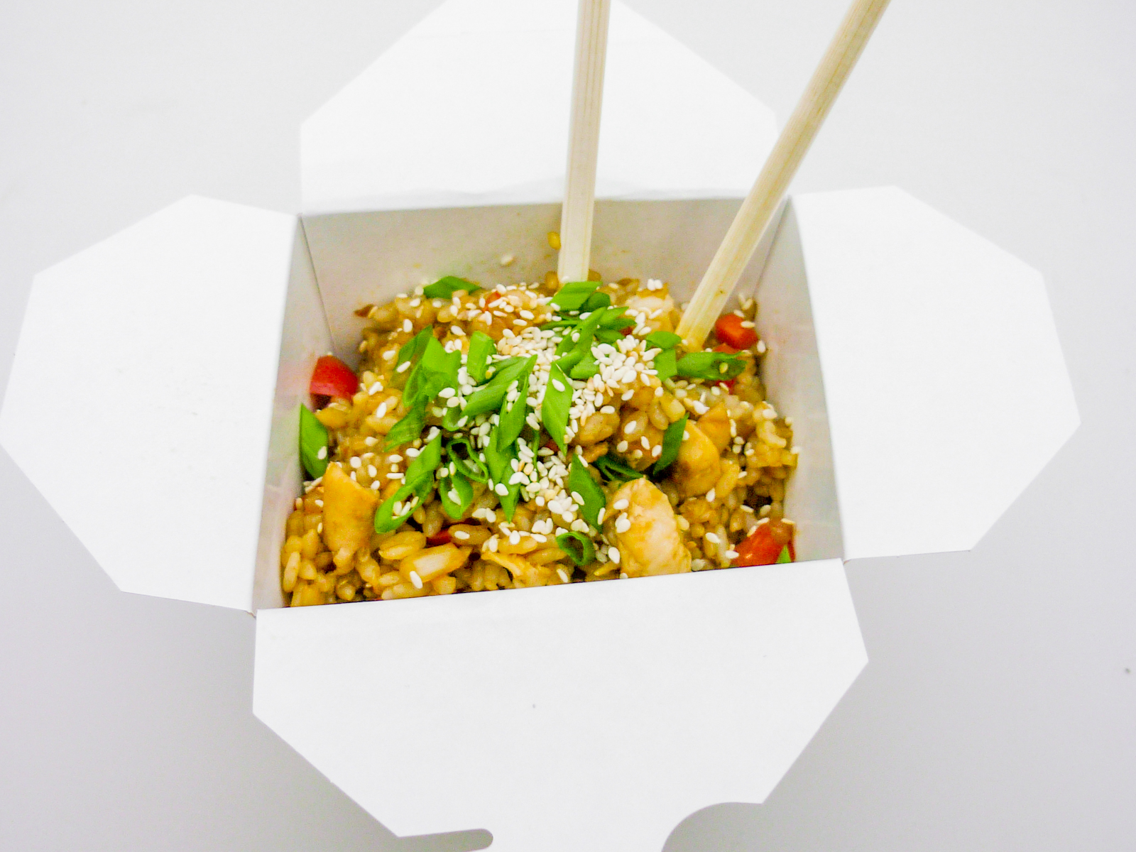 Чесночный рис с овощами и курицей