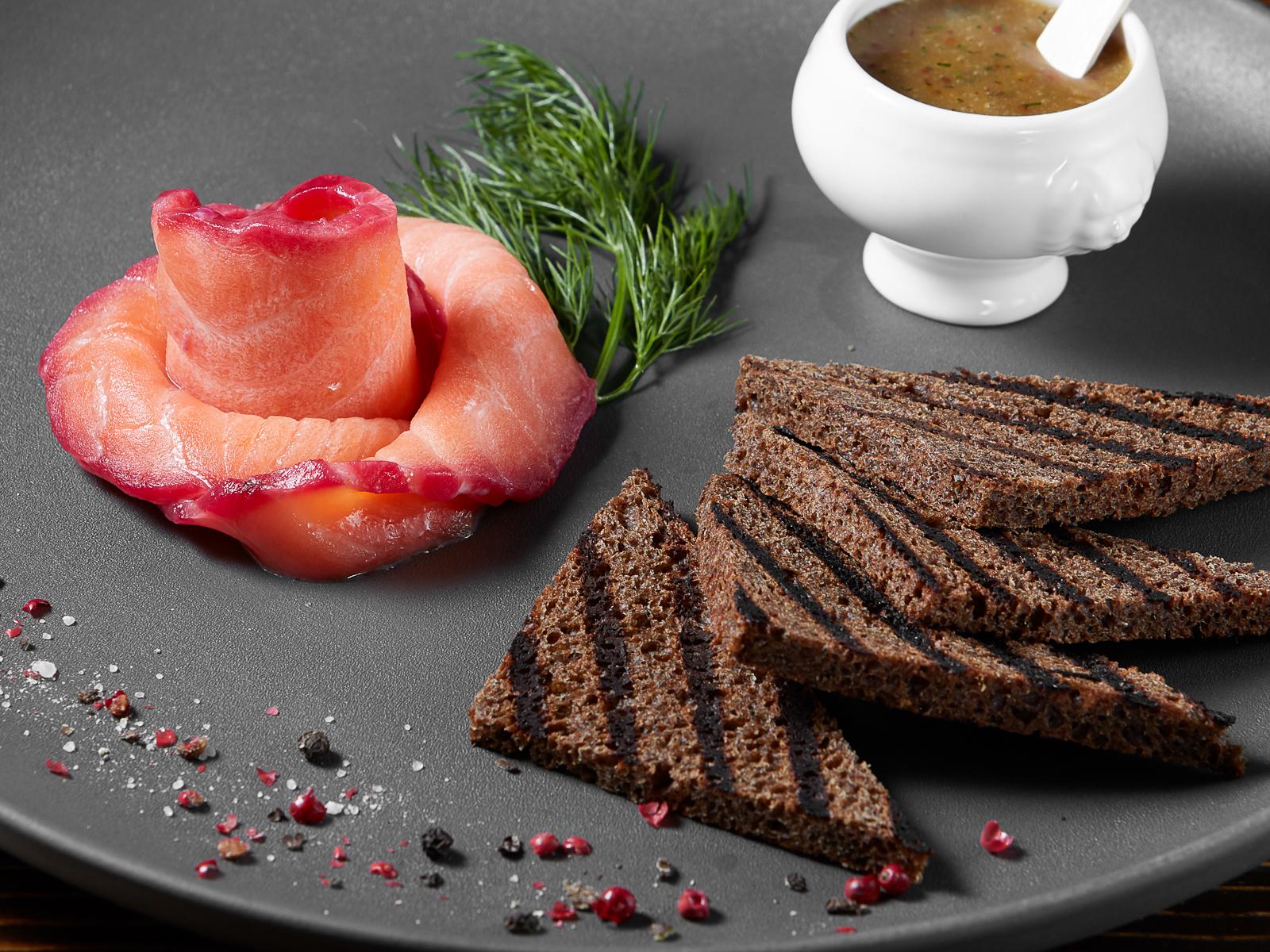 Гравлакс на тостах с соусом Линдерхоф
