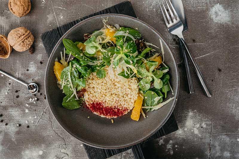 Салат с булгуром, шпинатом, фенхелем, финиками и цитрусовым соусом