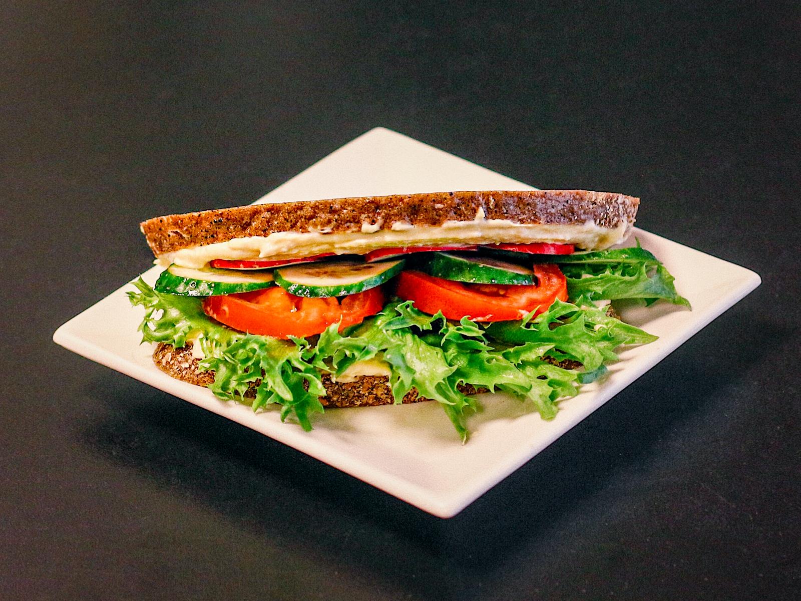 Кот бутербродский с хумусом и овощами