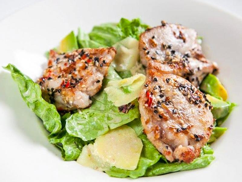 Салат из курицы, обжаренной на гриле
