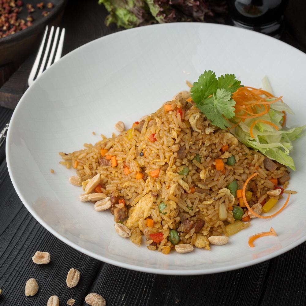 Китайский жареный рис с овощами и свининой