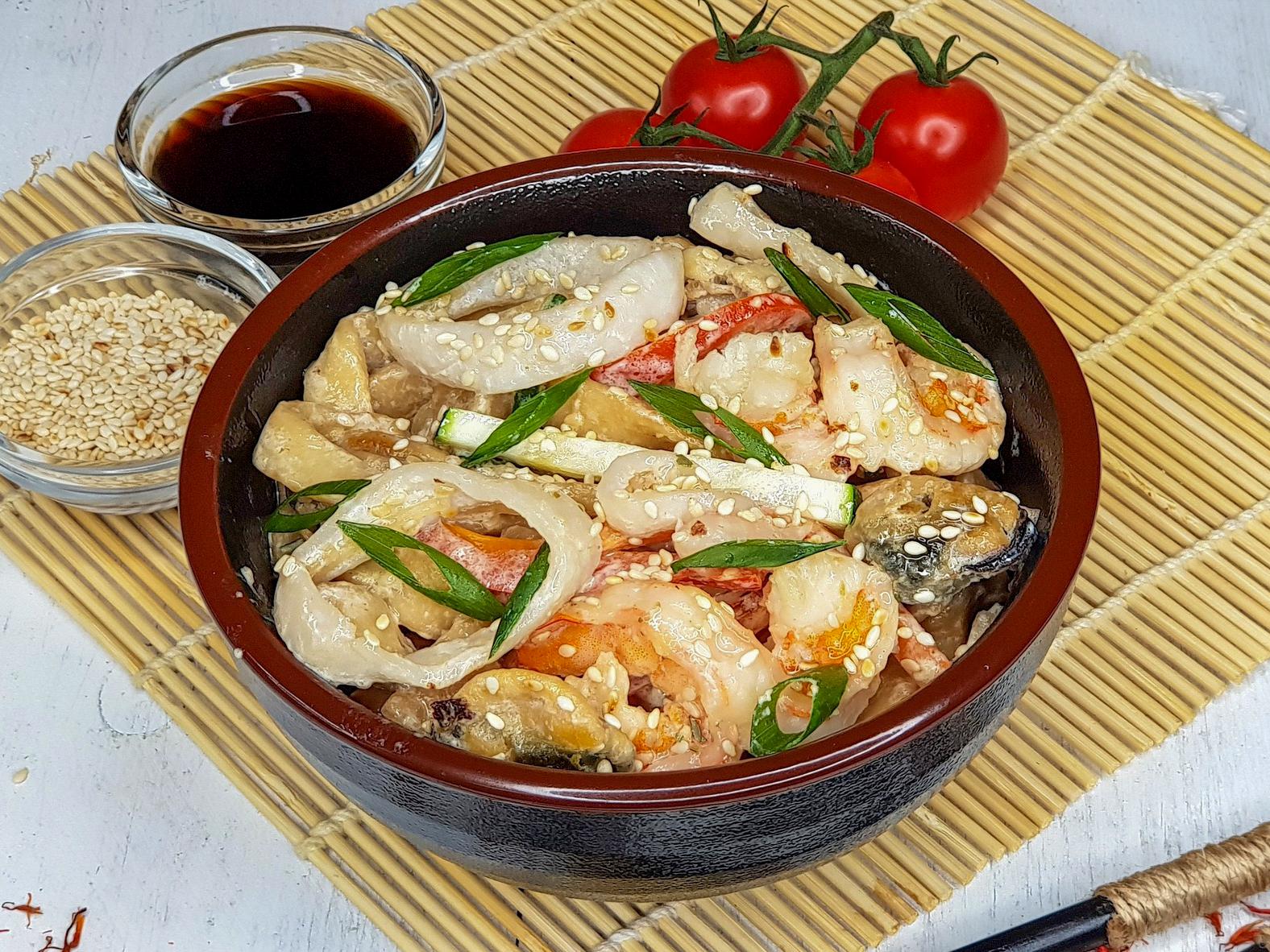 Вок с морепродуктами и домашней лапшой