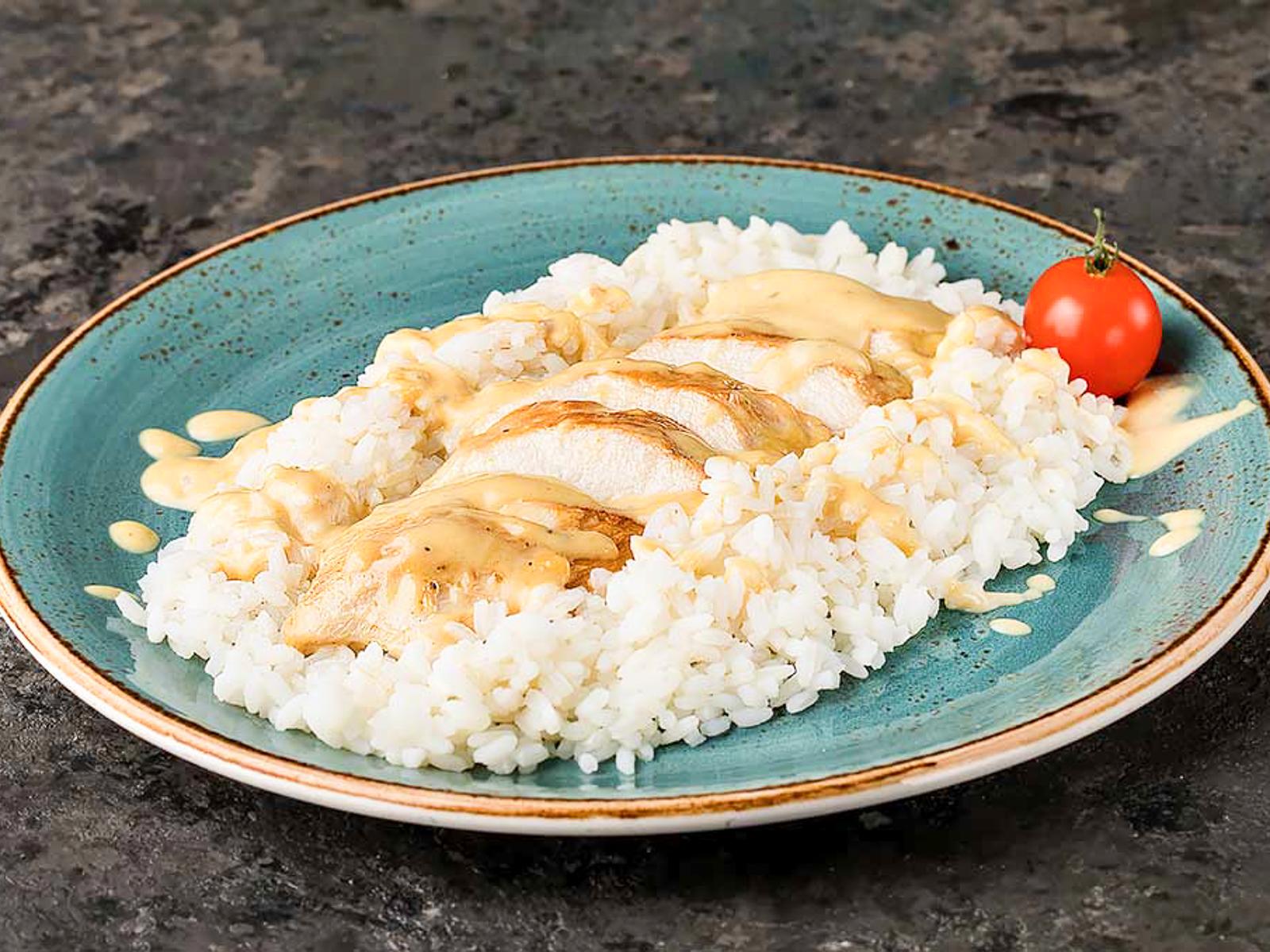 Куриная грудка в сырном соусе с рисом жасмин