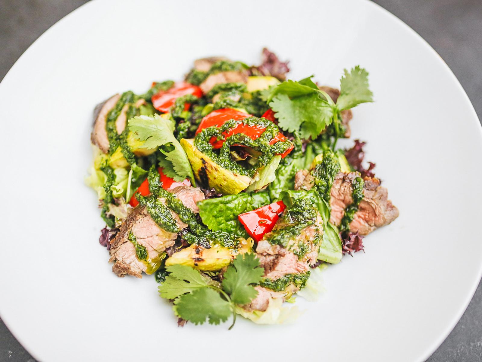 Салат с говядиной и соусом из разнотравья