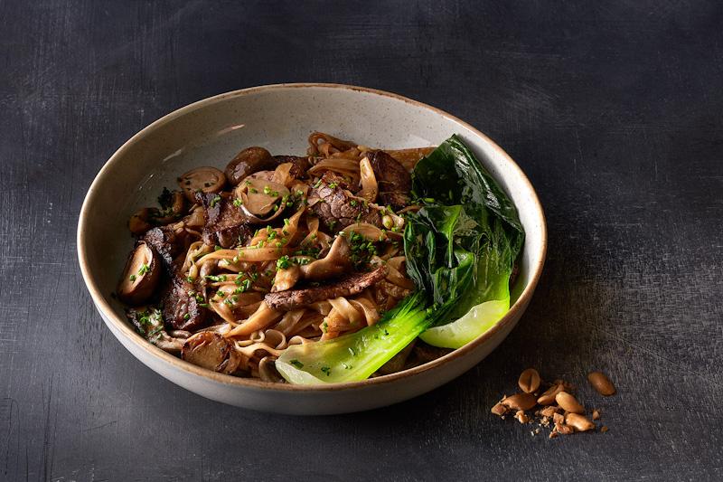 Рисовая лапша с говядиной и грибами Цаогу