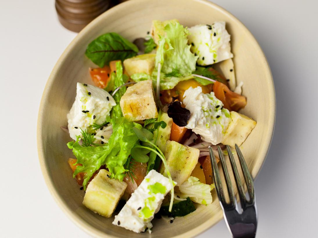 Салат Хрустящие баклажаны со свежими овощами