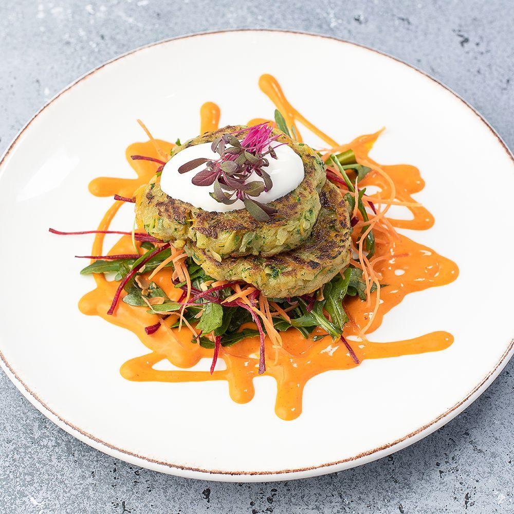 Драники из кабачков картофелем и тыквы с кресс салатом и соусом