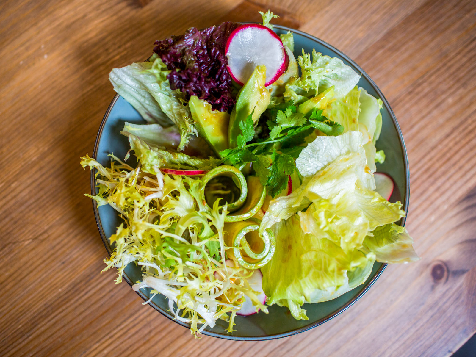 Свежий салат с цукини и авокадо с соусом мисо-юдзу