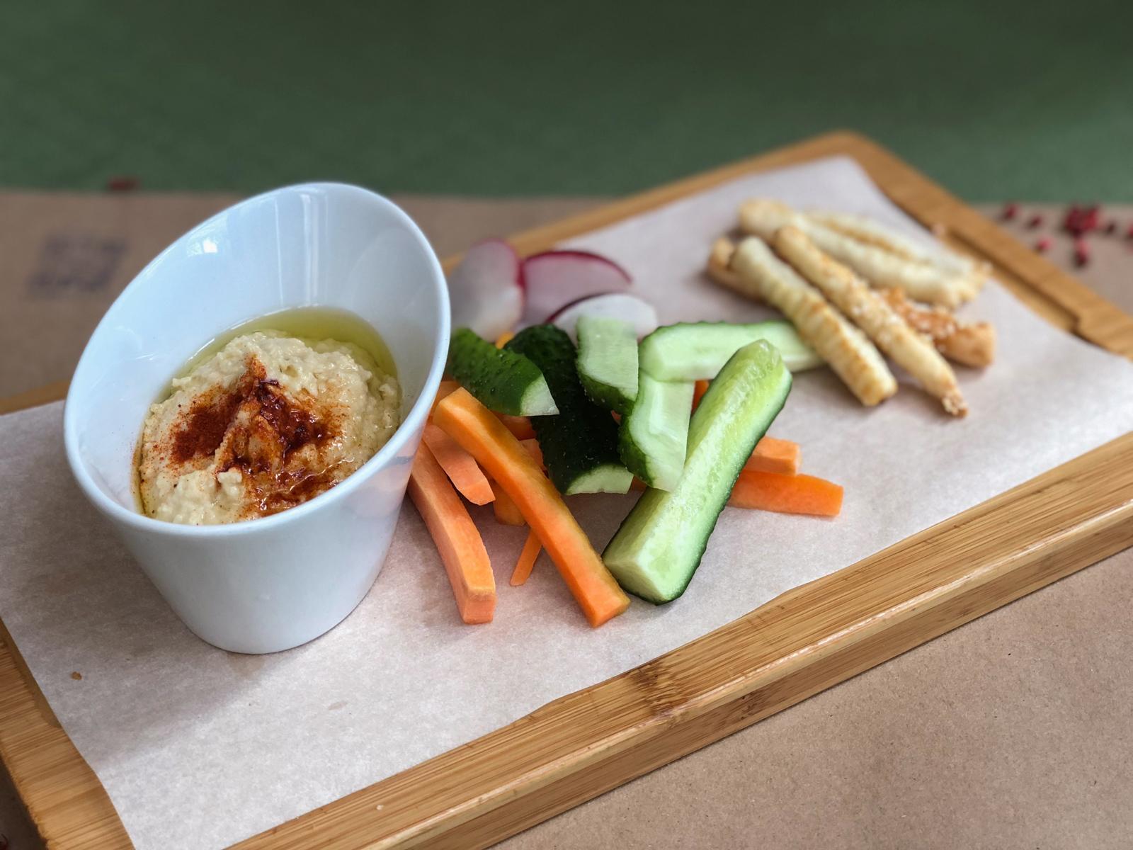 Хумус со свежими овощами и грисини