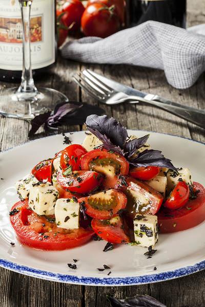 Салат Три вида спелых томатов с Имеретинским сыром и зеленью