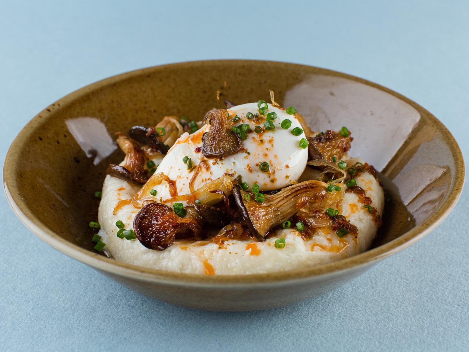 Эларджи с жареными грибами и яйцом пашот