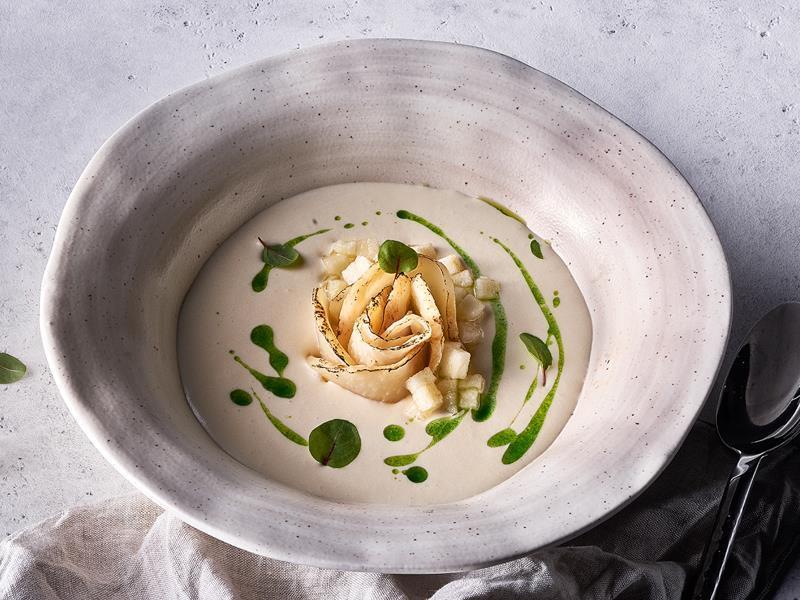 Суп из сельдерея с яблоком и маслом из петрушки