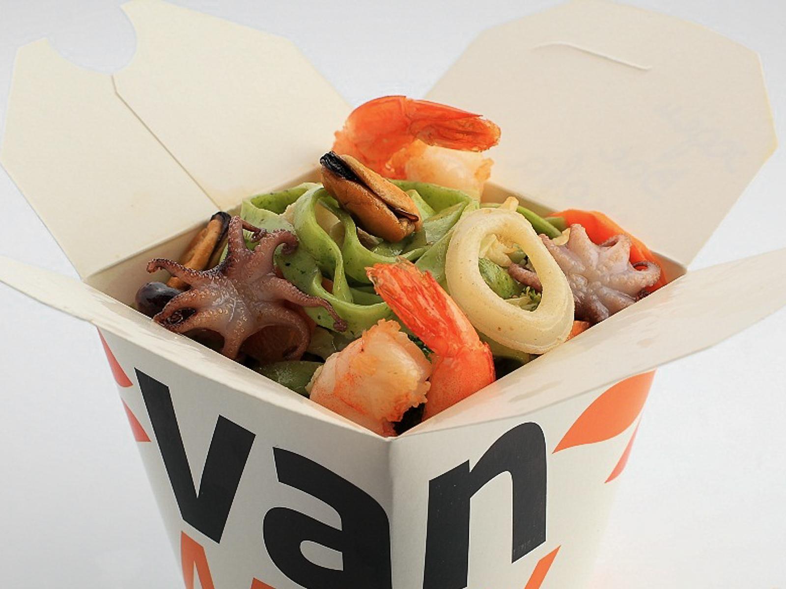 Шпинатная лапша вок с морепродуктами в соусе Пекин