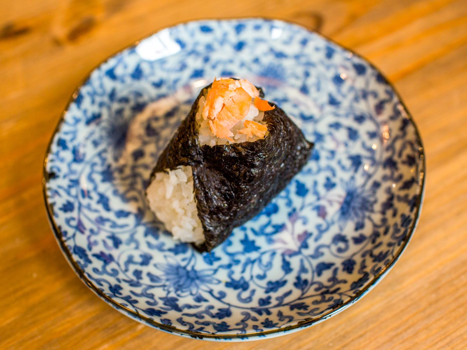 Онигири с лососем гриль