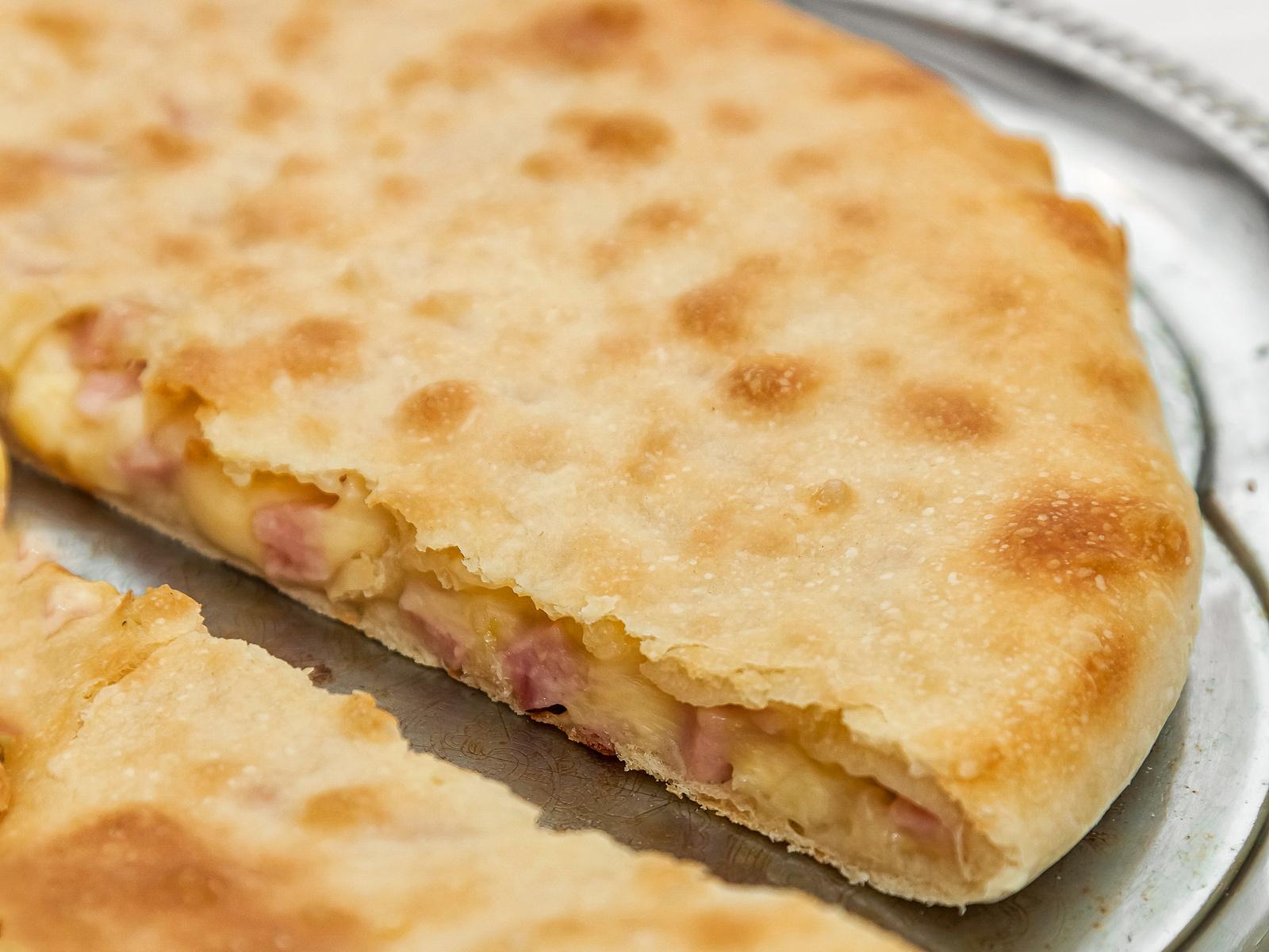 Осетинский пирог с ветчиной и сыром