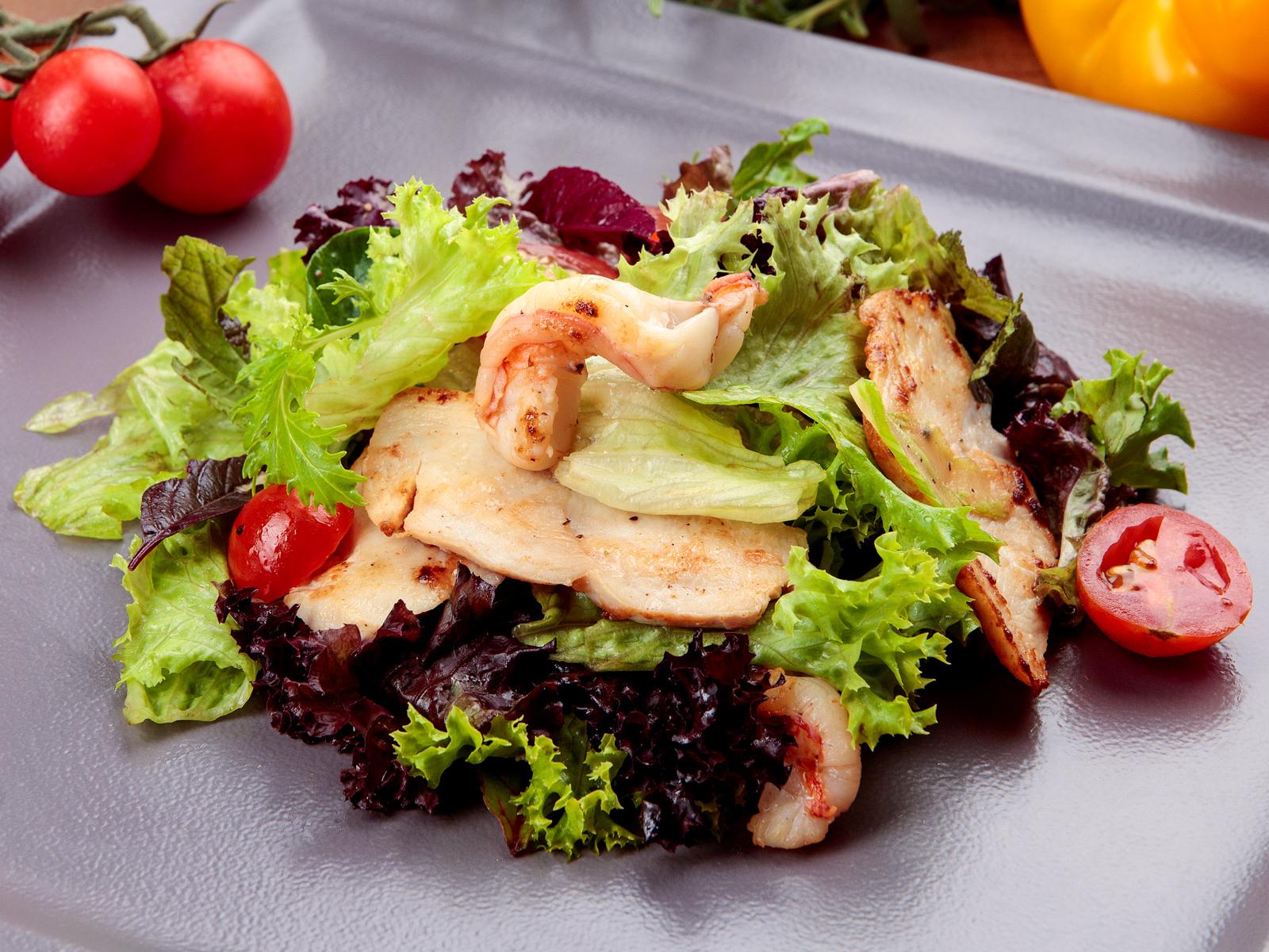 Салат с куриным филе и креветками