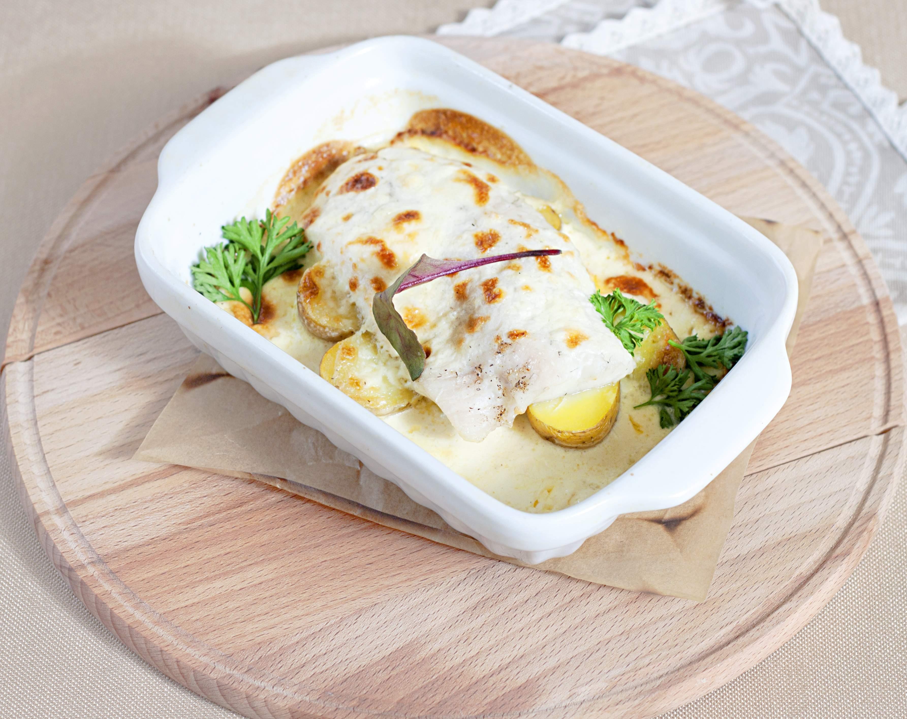 Судак, запеченный с картофелем в сметанном соусе