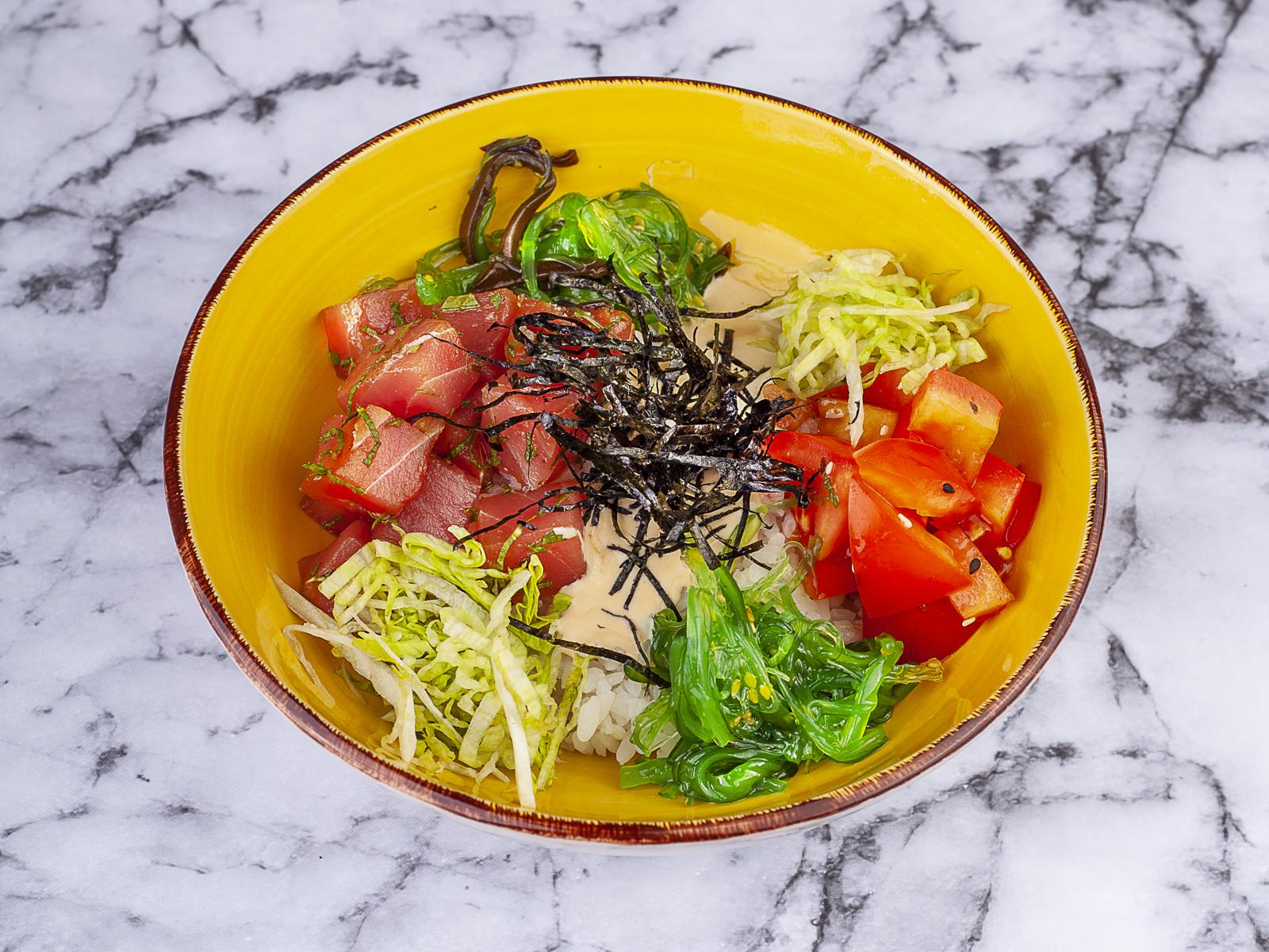 Поке с тунцом и сливочным соусом терияки
