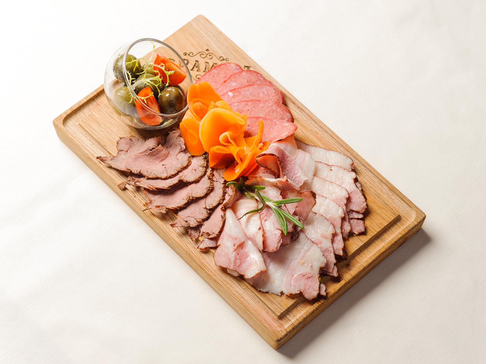 Плато мясных деликатесов