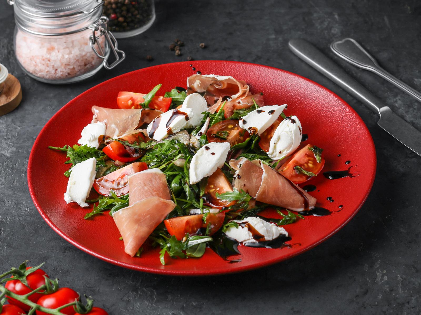 Салат с окороком парма и рукколой