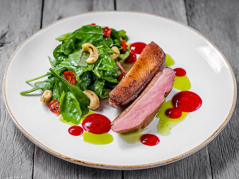 Утиное филе сувид со свежим салатом с орехами кешью