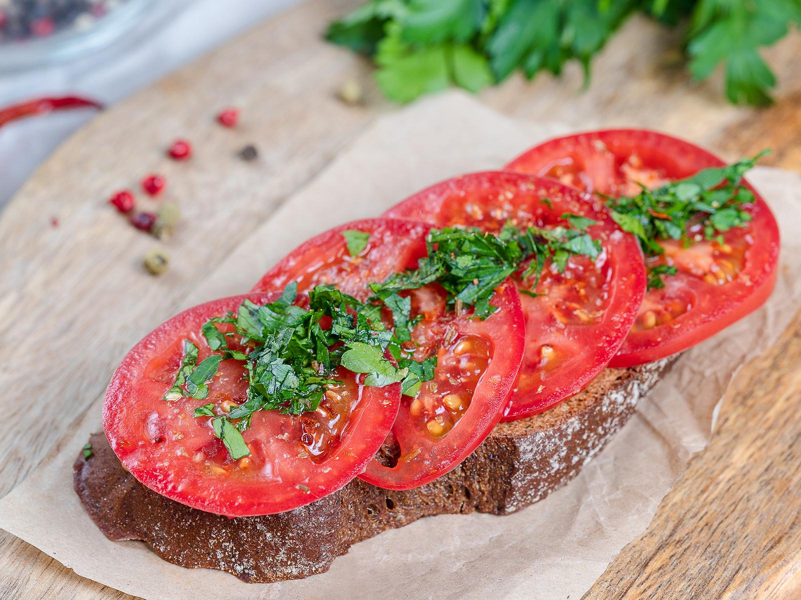 Бутерброд с томатами, зеленью и специями