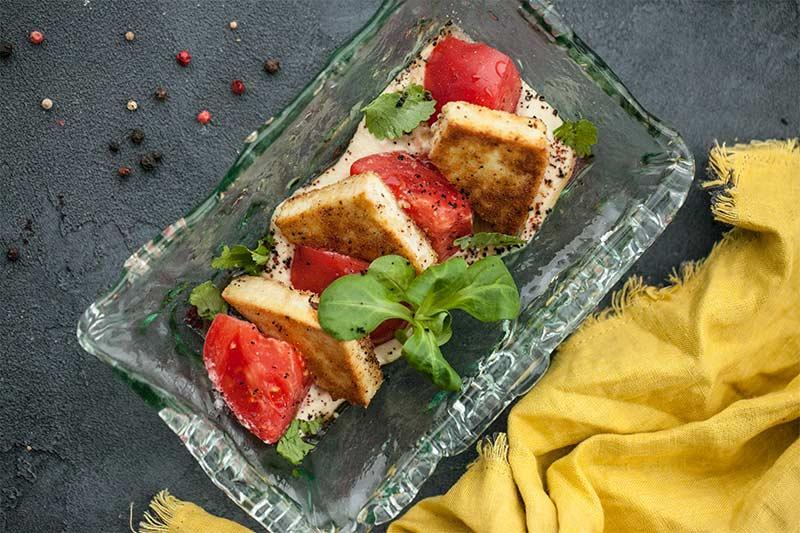 Жареный тофу с хумусом
