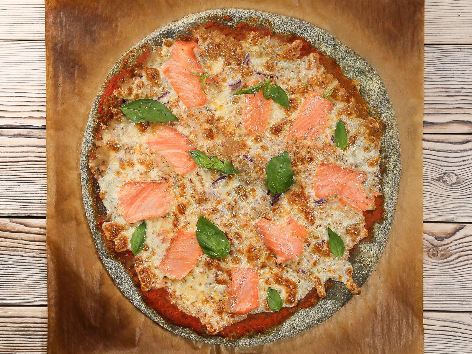 Пицца Черная с лососем
