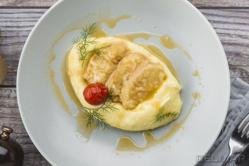 Треска с соусом из белого вина и картофельным пюре