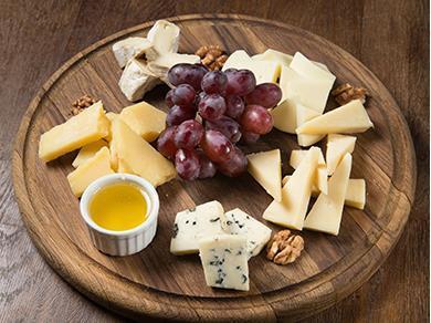 Ассорти благородных сыров с медом, грецкими орехами и виноградом