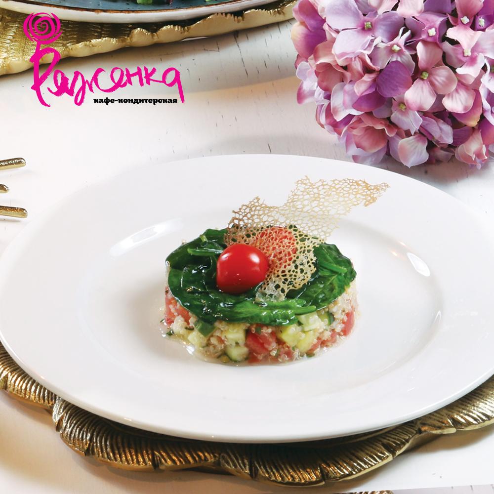 Салат с киноа, овощами и жареным шпинатом