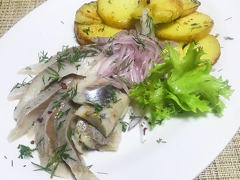 Сельдь с картофелем и маринованным луком