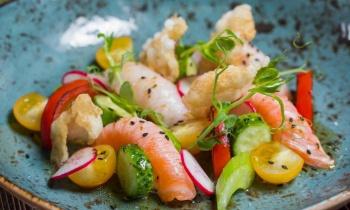 Японский салат с суши на гриле и чипсами