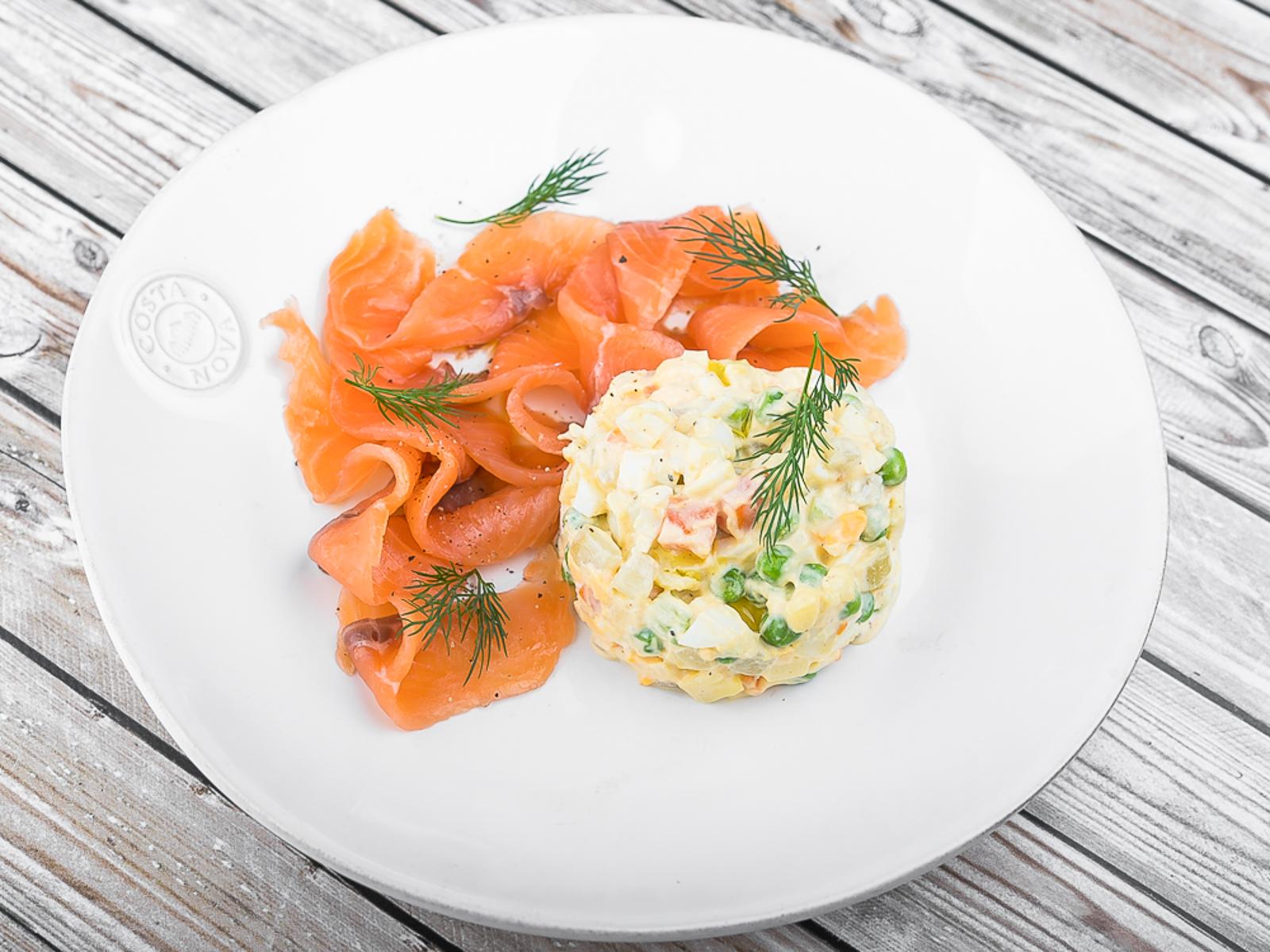 Салат Оливье со слабосолёным лососем