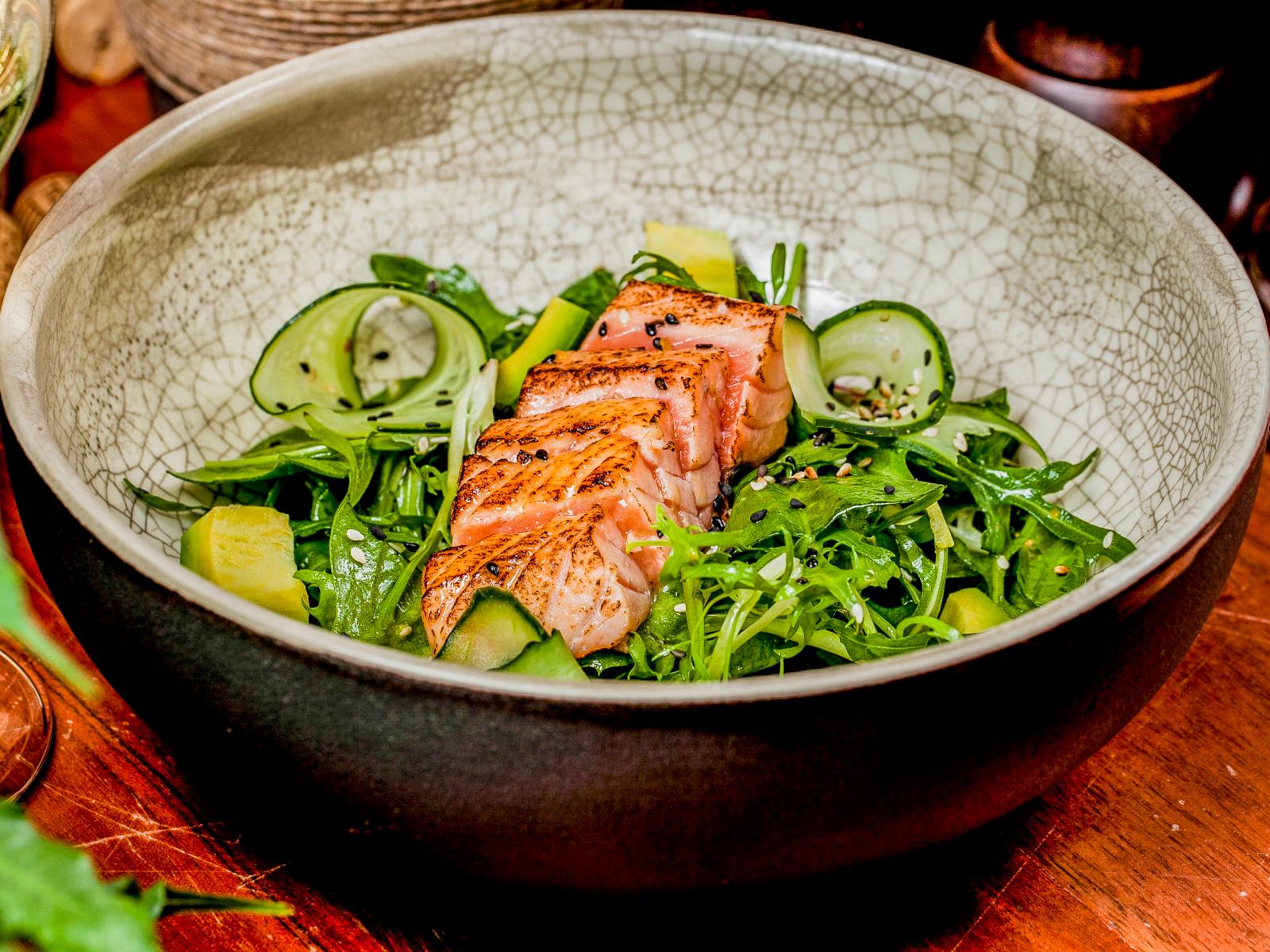 Зелёный салат с опаленным лососем и апельсиновым соусом