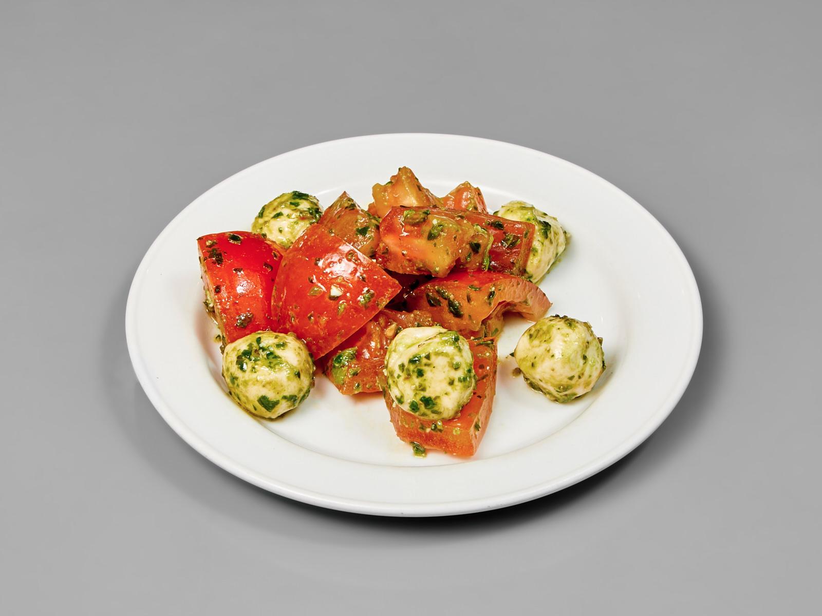 Салат помидоры с моцареллой