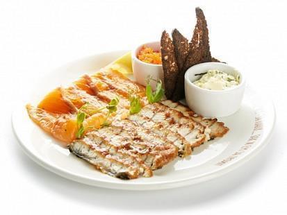 Лосось слабой соли, морской угорь, специи, зеленое масло и гренки из бородинского хлеба