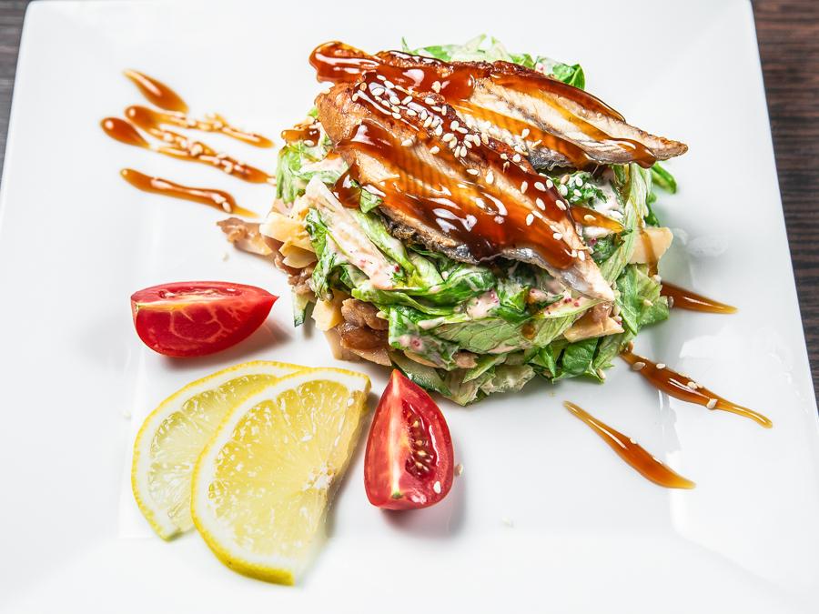 Салат теплый с угрем