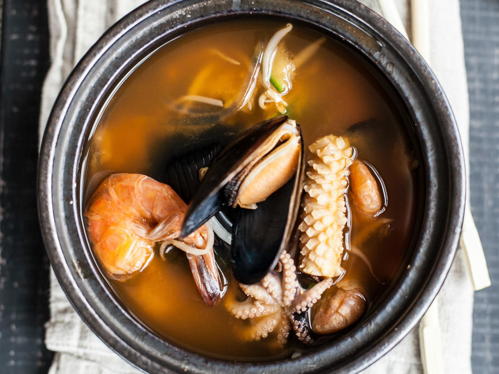 Острый суп Мисо с креветками и крабом