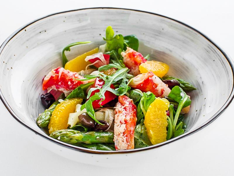 Салат с крабом, спаржей и фенхелем