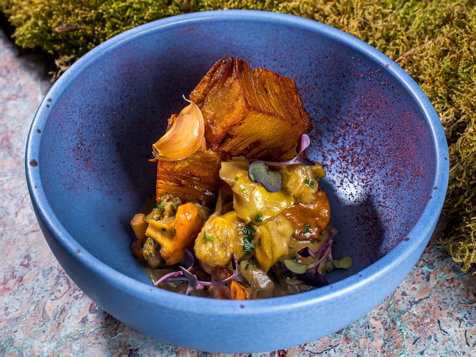 Жареный Рапан с луком и картофельным мильфеем