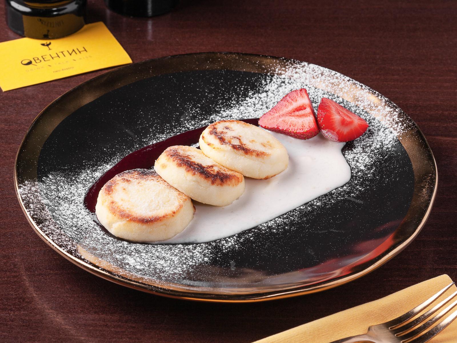 Сырники со сметанным соусом и ягодным конфи