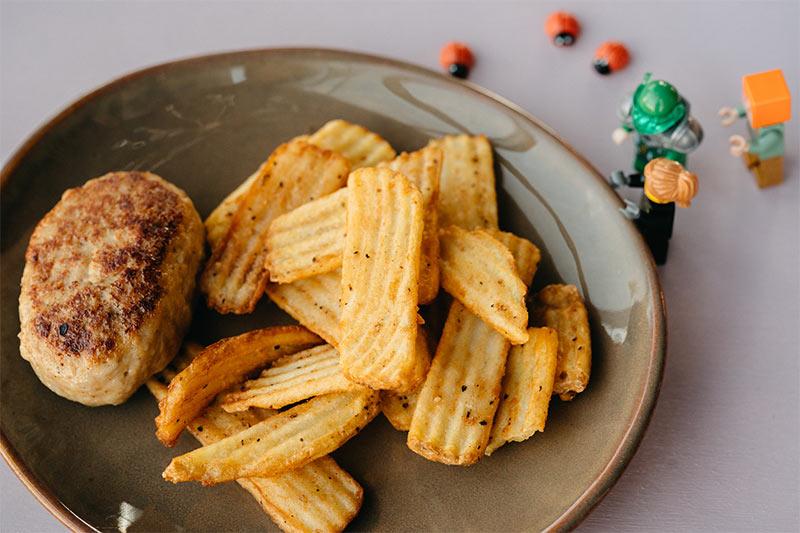 Куриная котлета с картофелем фри